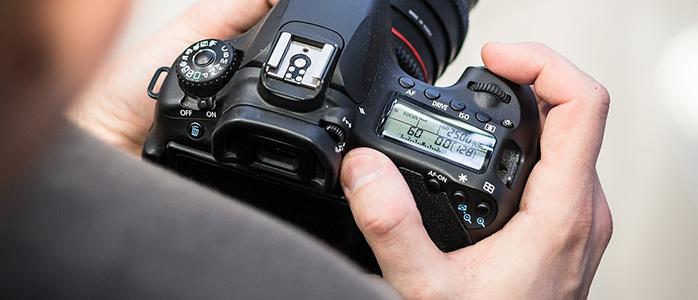 一眼レフデジタルカメラを操作している様子