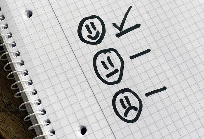 ノートに書かれた評価項目にチェックを付ける