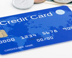 テーブルに置かれたクレジットカードと現金
