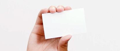 手に持って掲げたショップカード