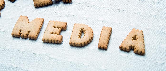 クッキーを並べて作った「MEDIA」の文字
