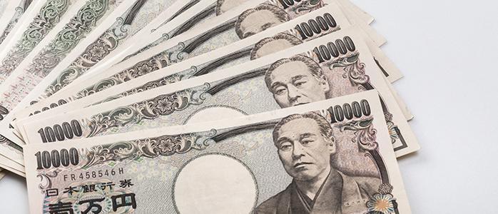 広げられた複数枚の1万円札