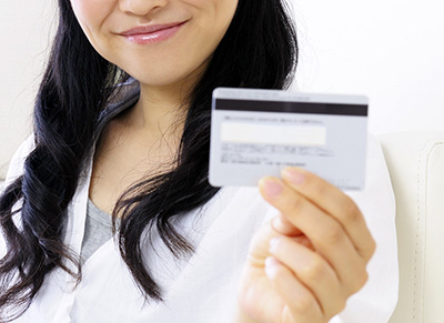クレジットカードを手に持った女性