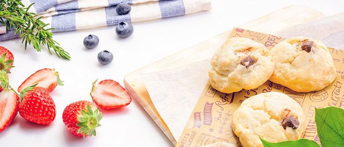 食卓に並べられたパンとドライフルーツ