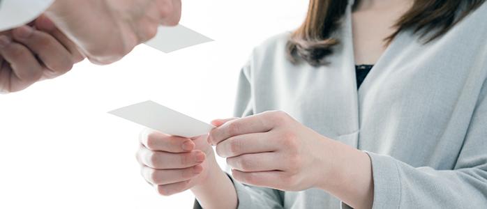 男性と女性の名刺交換の様子
